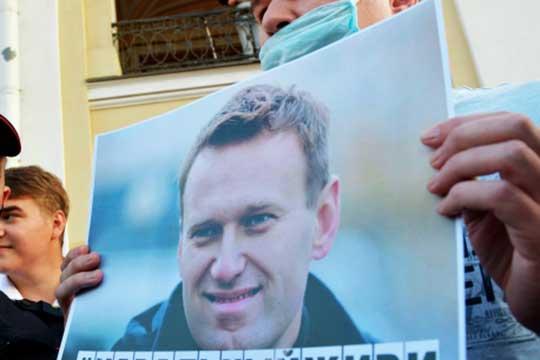 «Открытое выступление Навального против Путина выглядит как официальный старт его предвыборной кампании-2024. Либо как закрывание двери в Россию перед самим собой», — считает канал «Реальная демократия»