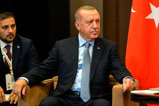 Канал «Кстати» утверждает, что огонь войны между Арменией и Азербайджаном раздувает президент Турции Эрдоган (справа), который поддержал Баку «в его борьбе против армянской оккупации в Нагорном Карабахе»