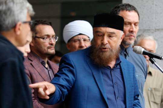 Пленум проигнорировали лидер Духовного управление мусульман Азиатской части России, «аксакал» отечественного исламаНафигулла Аширов (в центре)