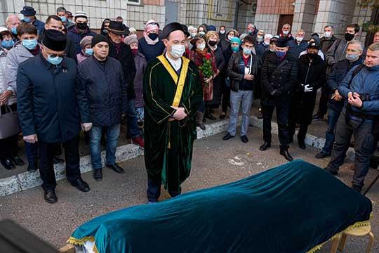 По окончании панихиды была совершена погребальная молитва — джаназа-намаз. Свой последний приют Илфат Ибраһим улы нашел на кладбище родного Зеленого дола