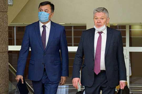 Рафис Бурганов(справа) числится в комиссии заместителем Ахметова и, судя повсему, даже перейдя надругую работу, этот статус пока оннепотерял