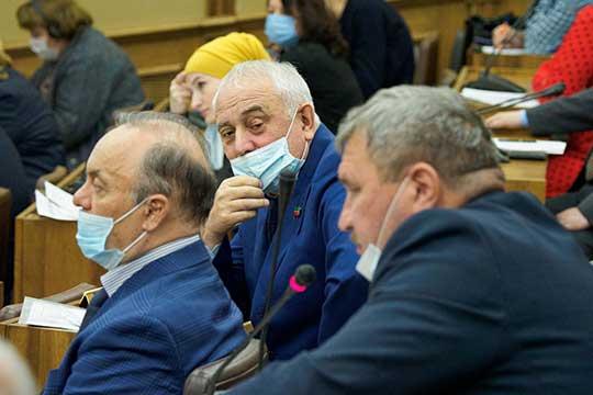 Камиль Нугаев (в центре)предложил возродить традицию слушать татарское радио, поэтому доконца ноября врайцентрах иселах возле ДКипарковустановят 100 единиц оборудования