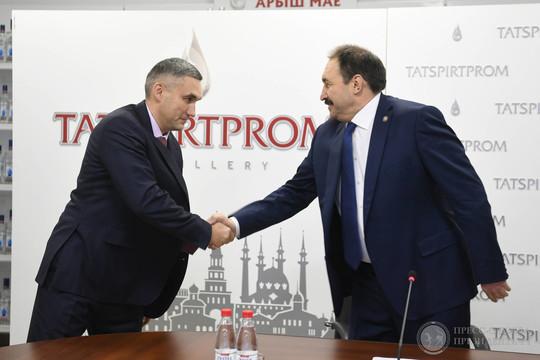 Руслану Максудову (33) (слева) предстоит упорядочить алкогольный бизнес РТ, сделать его более прозрачным, а также активнее продвигать на рынок пивоваренную продукцию — рынок сегодня весьма конкурентен