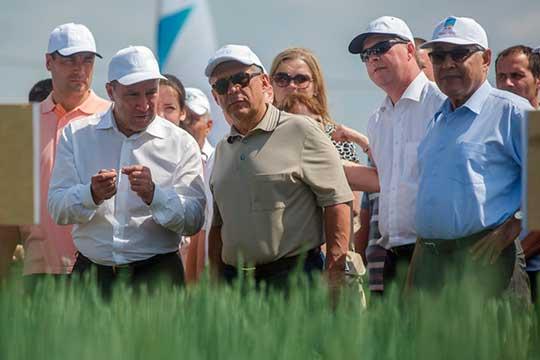 Сельское хозяйство очень сильно зависит отгоспрограмм исубсидий, аМарат Ахметов (3) (слева) — лицо, которому доверяет и президент РТ Рустам Минниханов, испикер ГоссоветаФарид Мухаметшин