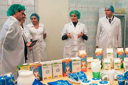 Светлана Барсукова (17) (вторая справа) знает экономику всех предприятий «Агросилы», что называется, на кончиках пальцев и пользуется непререкаемым авторитетом в отрасли
