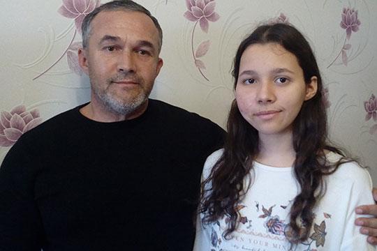 Индира Горюнова (справа), которой сейчас 16 лет, родилась в поселка Актюбинский, что в Азнакаевском районе Татарстана. Там познакомились ее родители — Артур и Лилия