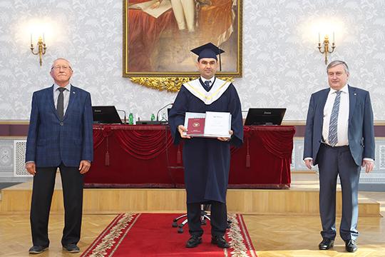 И вот началось торжественное вручение дипломов MBA (в том числе в настенном варианте — можно повесить в своем кабинете и гордиться!), международных сертификатов АМВА и золотых значков MBA