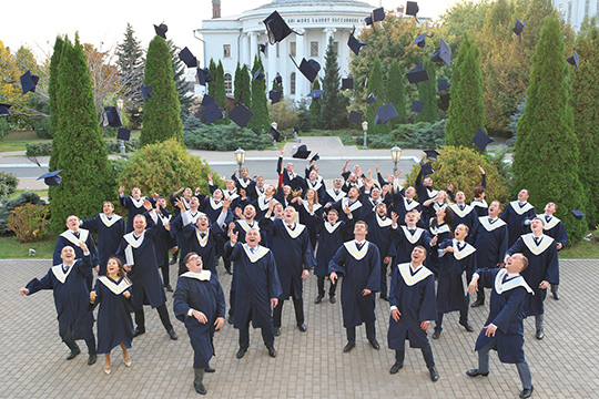 Торжественная церемония вручения дипломов 57-ми выпускникам по программе MBA проходила по традиции в историческом Императорском зале Казанского университета