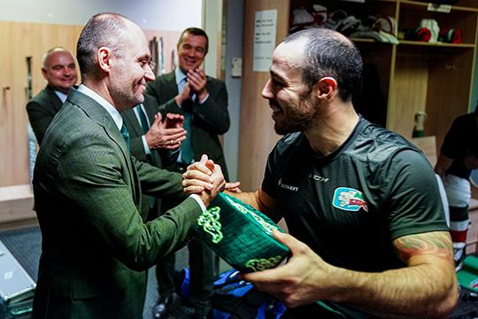 После матча капитанДжастин Азеведосломал традицию команды ивручил приз лучшему игроку матча— тюбетейку— как раз Душкину. «Нет слов, честно, неожидал. Носамый лучший подарок— это то, что высделали нальду»