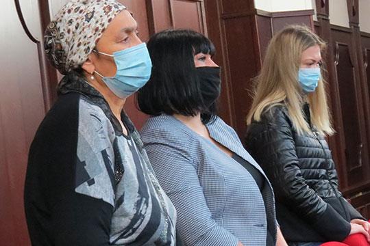 Больше десятка родственников и друзей обвиняемого собрались за час до начала оглашения, но внутрь запустили лишь жену с ребенком и мать