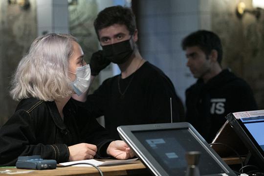 У людей есть два выбора: уходим на карантин или четко выполняем все требования санитарных врачей (ношение масок, перчаток, социальная дистанция, мытье рук)
