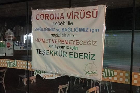 Рядом снашим отелем можно было увидеть закрытый ресторан, владелец которого вывесил плакат, вкотором пояснял, что более неможет продолжать работу из-за коронавируса иприносит извинения клиентам заведения