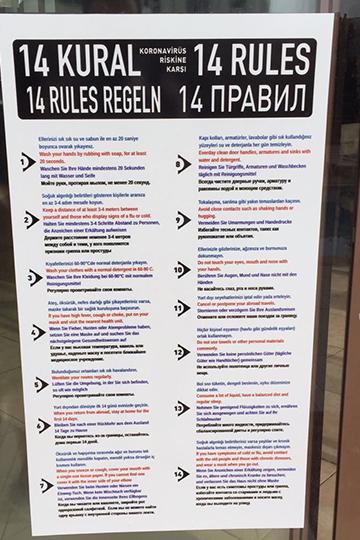 Очень часто встречается плакат о 14 правилах предохранения от коронавируса, выполненный на нескольких языках, в том числе и русском