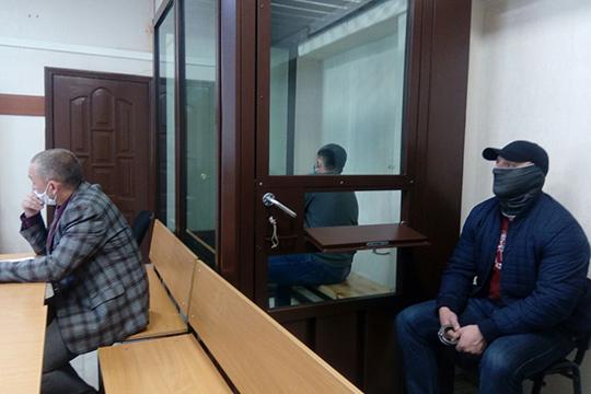 Находившийся в«аквариуме» Ситдиков, всячески пытаясь прятаться откамер, сообщил суду, как его зовут, что родился он14апреля 1986 года вРыбной Слободе, имеет наиждивении одного несовершеннолетнего ребенка