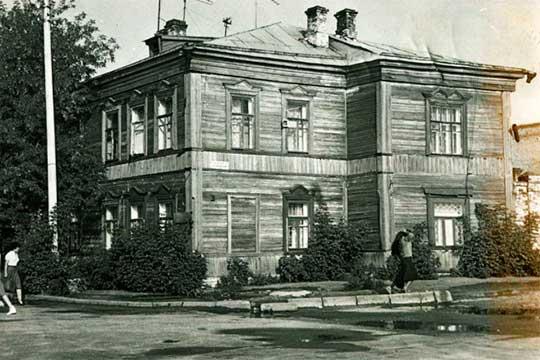 Дом Мукминовых на ул. Ахтямова, 2 – на его месте согласовали строительство административного здания ООО «Антек». Фото 1970-х годов из архитва ТСНРУ