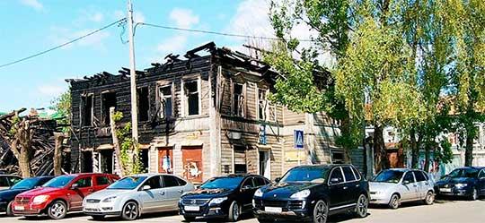 Дом Мукминовых на ул. Ахтямова, 2. За ним виднеется дом жены Марджани. 2011 год