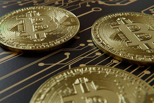 «Вывод и ввод денег — в биткоинах, обменять их можно в чатах в Telegram или же «через надежных людей», которые, конечно, есть у компании»