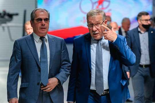 Альберт Гильмутдинов (на фото с проректором КНИТУ-КАИ Сергеем Михайловым (справа):«Результаты тестирования подтверждают, что ввузе штатная ситуация— ничуть нелучше инехуже, чем везде»