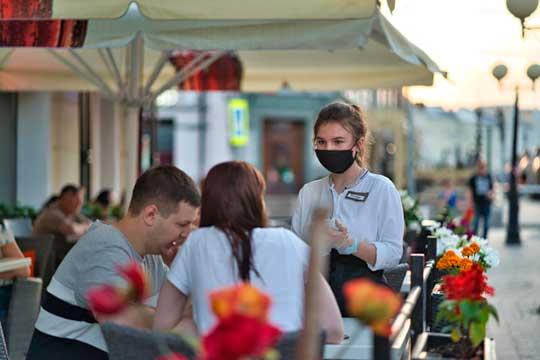 Весной мэрия разрешила рестораторам установить летние веранды бесплатно, без торгов. В результате открылись 146 террас, и это только на муниципальных землях