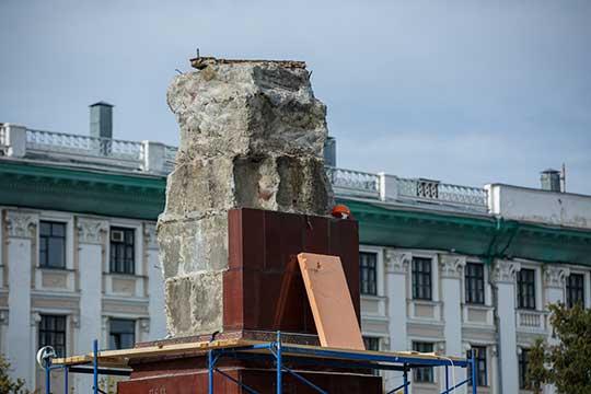 Постамент освободили открасных плит, обнажив неприглядный, порядком обломанный серый бетон