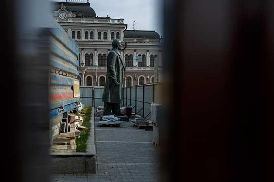 Памятник авторства скульптора Петра Яцыно и архитектора Александра Гегелло был открыт в 1954 году. Высота постамента превышает 9,2 метра, скульптуры — 4,8 м. Монумент выполнен из бронзы, постамент — из кварцита
