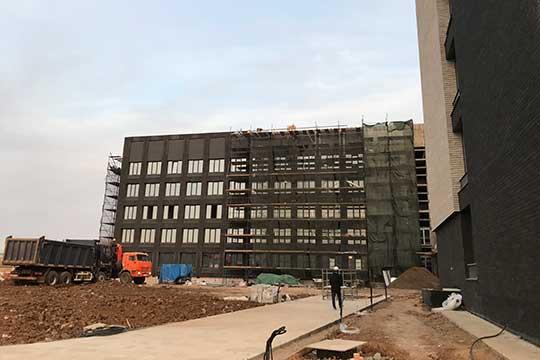 Общежитие для студентов планировалось сдать весной, лабораторный комплекс — к октябрю 2020-го, но эти планы были скорректированы. Общая стоимость проекта — 6 млрд рублей