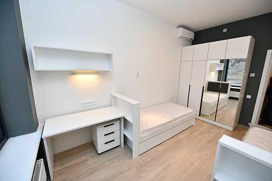 Вкомнатах расставлена белая мебель, матрасы накроватях упакованы вполиэтилен. Студенты сами расставят здесь цветовые акценты спомощью предметов интерьера