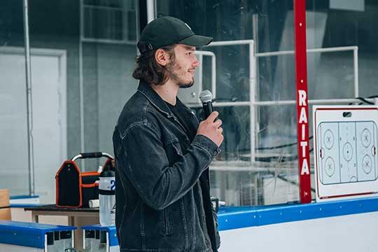 Защитник команды НХЛ «Тампа-Бэй»Михаил Сергачевсегодня навестил свою родную школу вНижнекамске, атакже посетил тренировку «Нефтехимика» ивстретился своспитанниками местного ДЮСШ