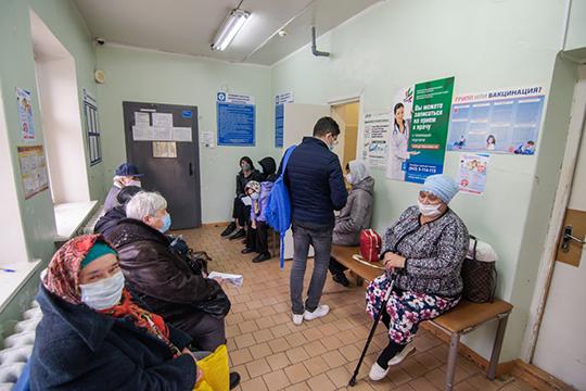 Один изпризнаков напряжения, которое сейчас испытывает система здравоохранения,— это огромные очереди вбольницы иполиклиники. «Население ажиотировало»