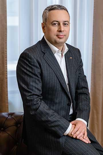Эмиль Алиев: «Переход на на кадровый электронный документооборот позволяет существенно сэкономить время сотрудников и повысить производительность. Если перевести это в денежный эквивалент, то только за время апробации банк сэкономил порядка 15 миллионов рублей. Чтобы построить свою цифровую экосистему, была создана рабочая группа — нужно было учесть все нюансы: хранение информации, доведения до сотрудника, гарантия безопасности и так далее»