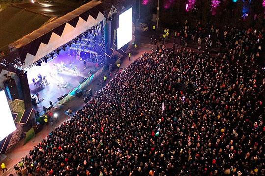 Фатихов принимал участие в недавнем большом концерте ко Дню Уфы, фото с которого, где наблюдается огромная толпа людей, никак не соблюдающая меры профилактики коронавируса, облетели интернет