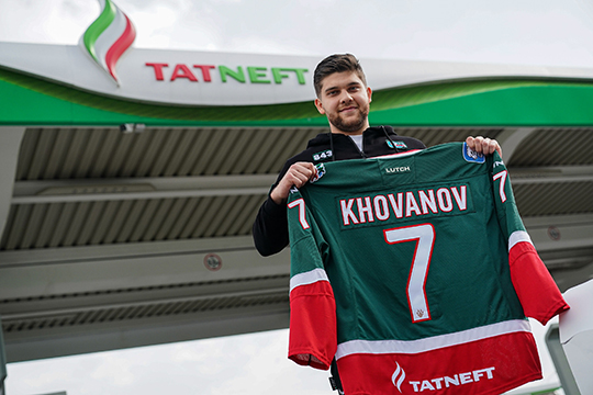 Летом 20-летний Александр Хованов вернулся в Казань из-за океана, где права на него принадлежат «Миннесоте». Он планировал в «Ак Барсе» набраться опыта и практики, а следующим летом уехать обратно за океан