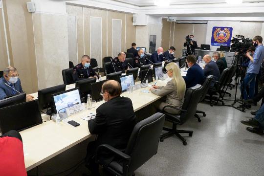 Войдя в зал перед началом заседания, начальник управления ГИБДД по РТ Ленар Габдурахманов обошел всех приглашенных экспертов, приветствуя их в строго антикоронавирусном стиле
