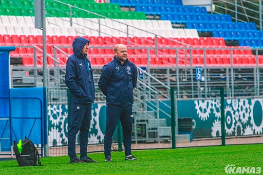 Руководство клуба рассчитывало, что шефство над командой возьмет старший тренер, в прошлом игрок «Рубина» и «Спартака» Денис Бояринцев, но он неожиданно заявил об уходе из клуба