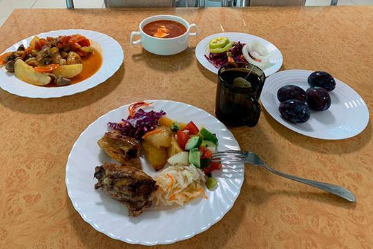 Отметим, что кухня была влучших отечественных санаторных традициях— минимум вредного, максимум полезных издоровых блюд