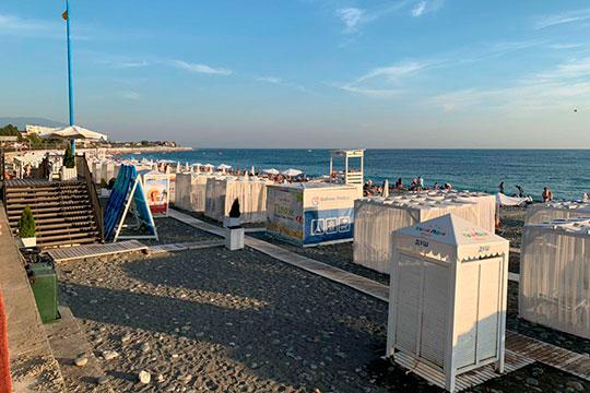 Пляж в этом районе, как и везде в большом Сочи, — галечный. Купаться можно
