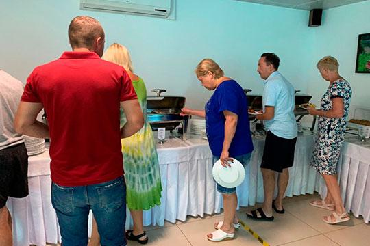 Если в Турции в отелях отказались от привычного «шведского стола», то тут, напротив, каждый был волен сам выбирать себе блюда по вкусу