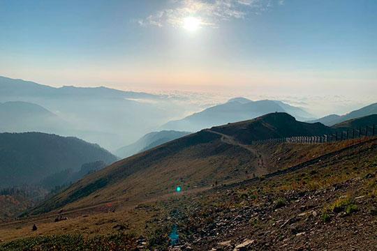 Главная достопримечательность — это горы. Совет — приезжайте сюда утром и на целый день.