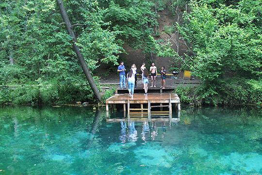 Чтобы такое количество туристов не навредило Голубым озерам, нагрузка на экосистему должна быть четко регламентирована