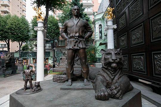 У того же Церетели есть готовая скульптура президента России в дзюдоги, которую он назвал «В здоровом теле здоровый дух»
