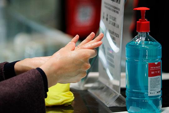 После возвращения домой, желательно встряхнуть одежду на улице, а затем вымыть жидким мылом не только руки, но и лицо, прочистить носовые проходы и опять же прополоскать рот.