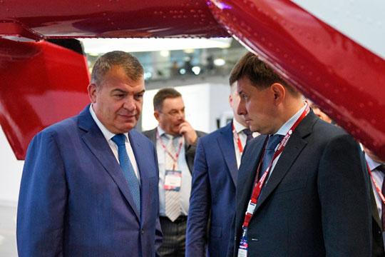 Один источник уверяет, что решение о новой волне сокращений приняли после августовского визита на КАЗ индустриального директора авиационного кластера «Ростеха» Анатолия Сердюкова