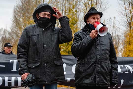 Открыл митинг один изаксакалов Камаловского театраАзгар Шакиров,онпоблагодарил пришедших впарк Тинчурина, перед своим выступлением произнес слова восхваления Аллаха наарабском языке