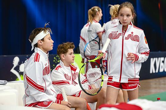 Вместе со звёздами выступали дети 13-14 лет,которые победили на отборочных турнирах в 12-ти городах России