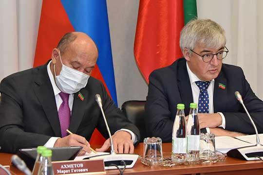 Марат Ахметов (слева)