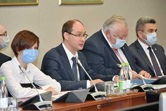 Олег Пелевин (третий справа)