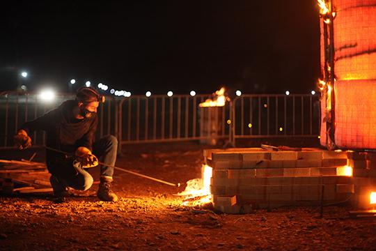 Керамическая фигура большаяинепомещалась встандартную печь. Поэтому участники лаборатории решили обжечь еенаулице вспециальном коконеисделать изэтого огненноешоу