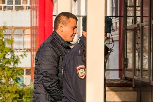 Сегодня утром и. о. руководителя исполома Муслюмовского района Ильнура Ахметова, который минувшую ночь провел в изоляторе временного содержания, привезли к зданию челнинского суда