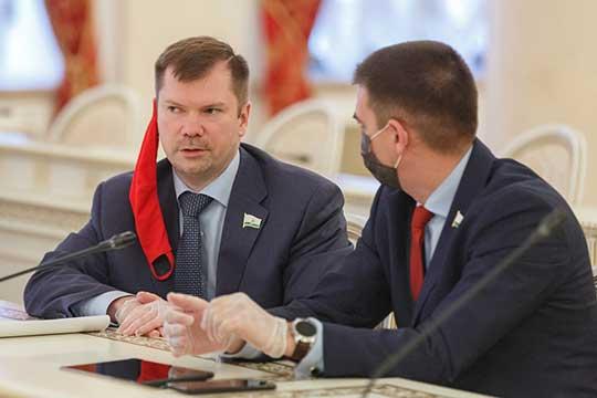 Алексей Серов (слева)попросил рассказать отом, как исполком будет решать проблему многочисленных предписаний надзорных органов