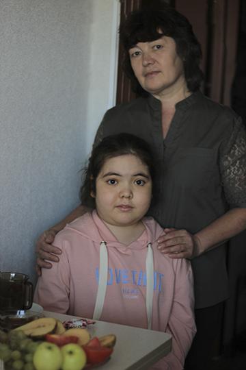 Алия сейчас живет, полностью доверившись маме, она верит, что лекарство будет